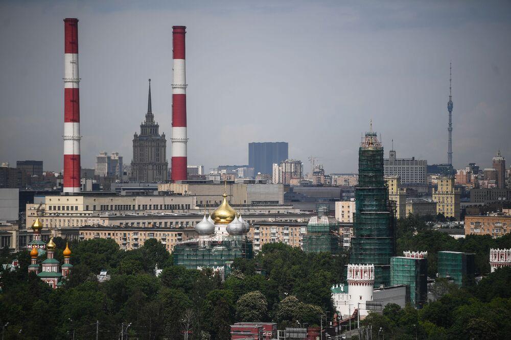 Pohled na Moskvu ze střechy stadionu Lužniki. Je vidět budova hotelu Ukrajina a televizní věž Ostankino.