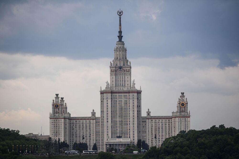 Pohled na hlavní budovu Moskevské státní univerzity M. V. Lomonosova z vyhlídkové terasy stadionu Lužniki.