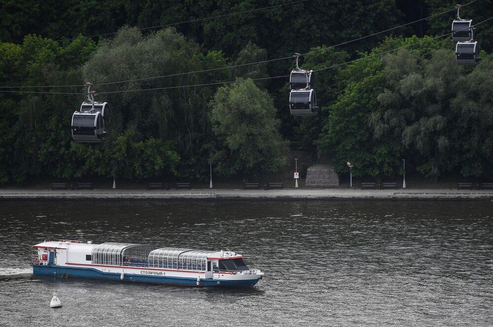Pohled na lanovku a řeku Moskva z vyhlídkové terasy na střeše stadionu Lužniki.