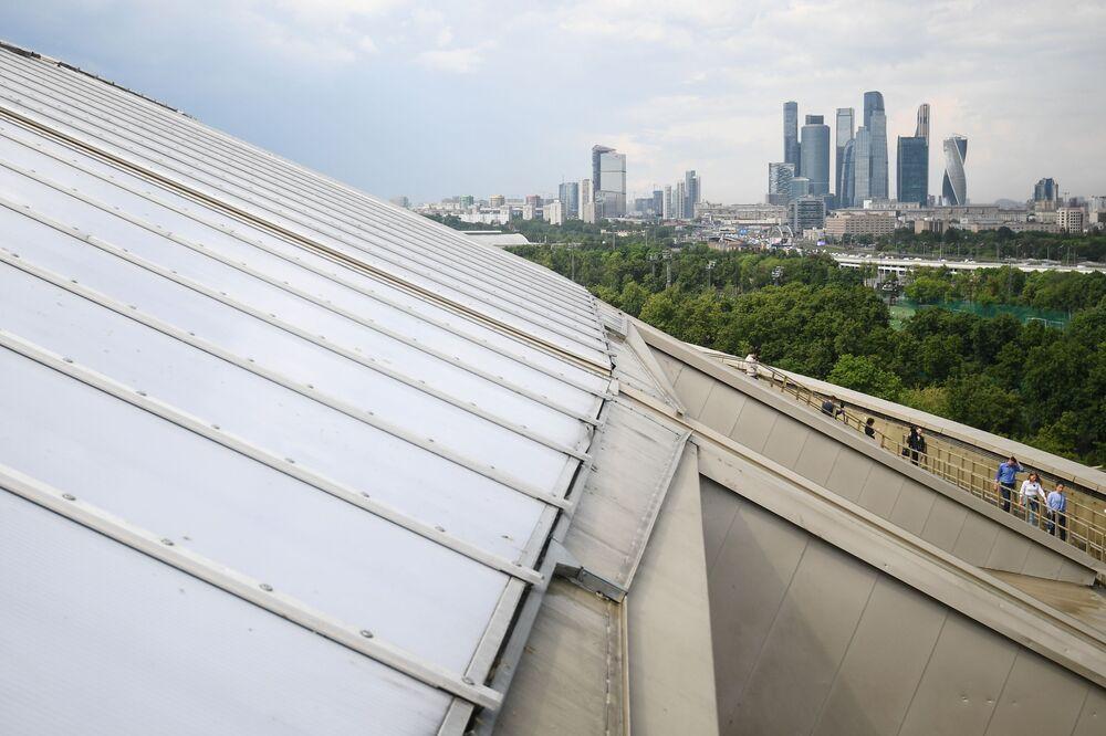Střecha stadionu Lužniki, kde bude otevřena 900metrová vyhlídková terasa, a pohled na čtvrť Moskva-City.