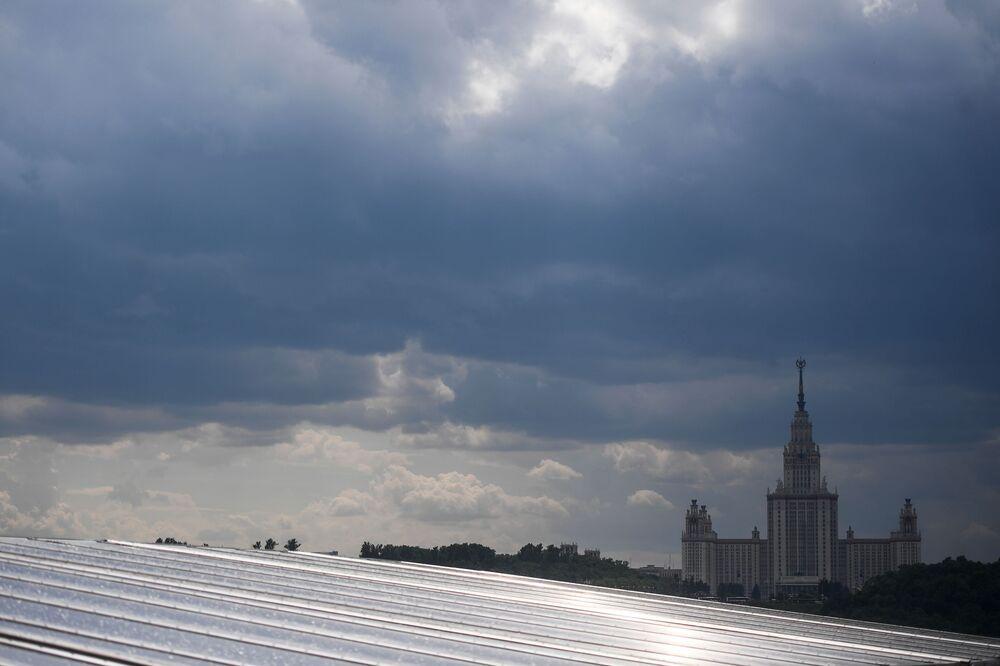 Pohled na zatažené moskevské nebe a hlavní budovu Moskevské státní univerzity M. V. Lomonosova z vyhlídkové terasy stadionu Lužniki.