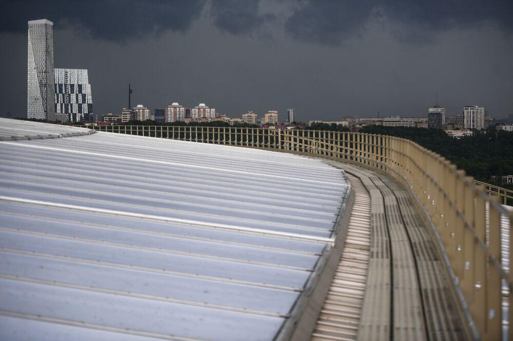 Pohled ze střechy stadionu Lužniki. V dálce je vidět Dům na Mosfilmovské ulici.