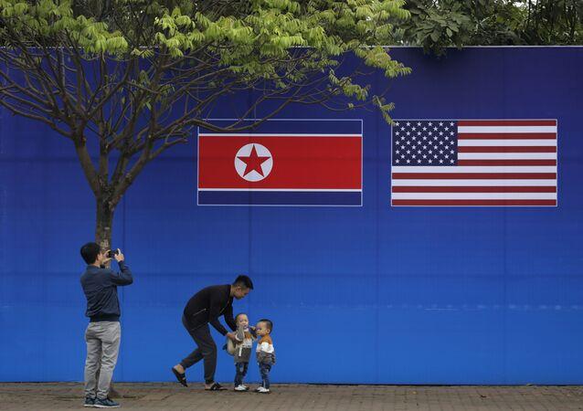 Vlajky USA a KLDR ve vietnamské Hanoji