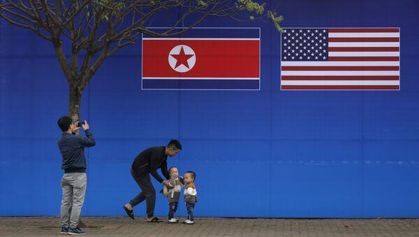 Vlajky USA a KLDR ve vietnamské Hanoji - Sputnik Česká republika