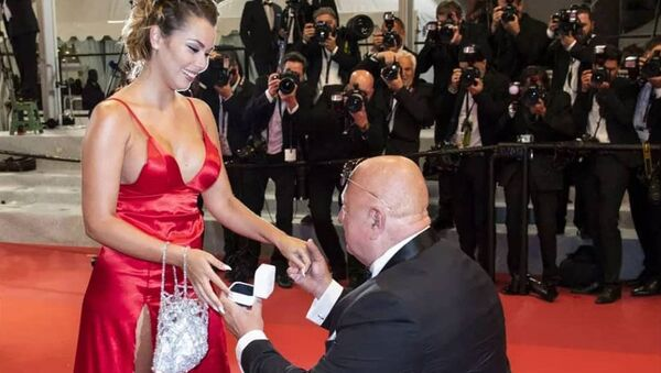 Český milionář dráždil Cannes. Na červeném koberci požádal o ruku mladou přítelkyni, co řekla kráska?  - Sputnik Česká republika
