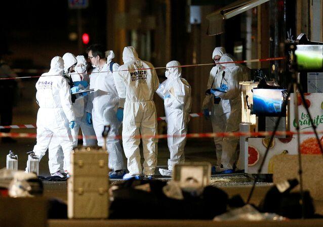 Forenzní detektivové zkoumají místo výbuchu v Lyonu