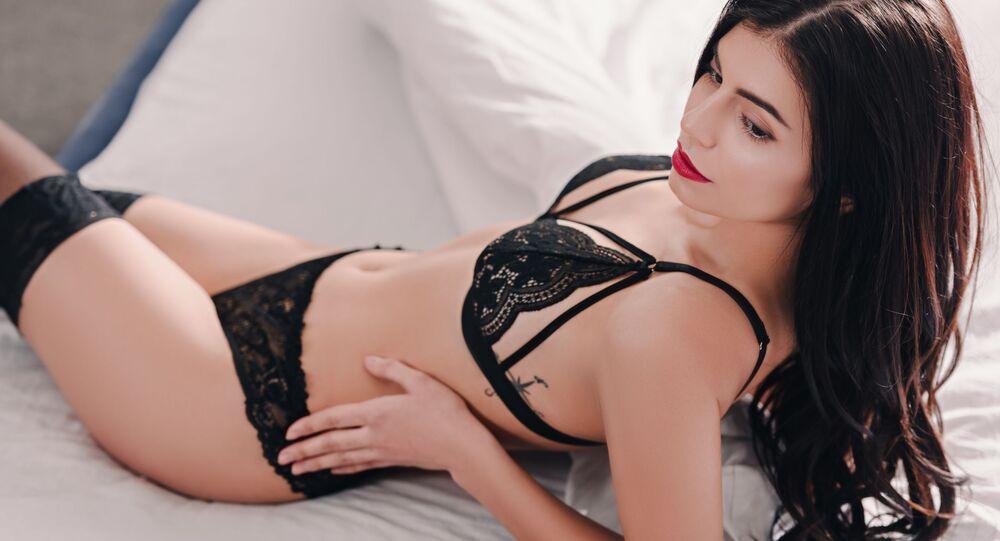 Krásná dívka v sexy prádle na posteli. Ilustrační foto