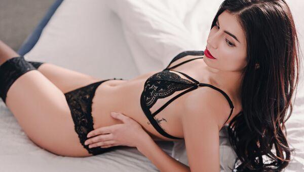 Mladá žena v posteli - Sputnik Česká republika