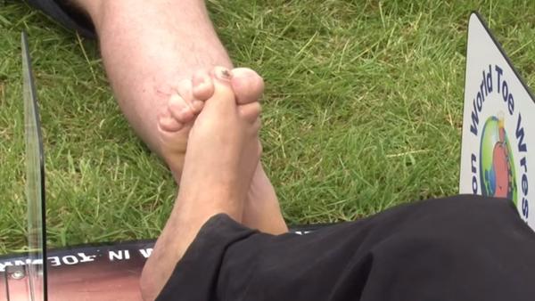 Souboj na palcích nohou aneb Jak dnešní muži měří své síly  - Sputnik Česká republika